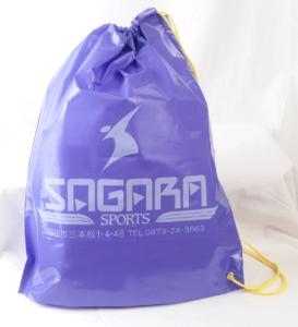 スポーツ用品店のビニール巾着袋